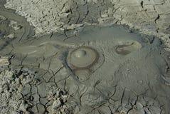fond faisant éruption le vulcano de boue Photo stock