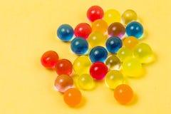 Fond fait avec les boules dispersées de gel de couleur Images stock