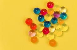 Fond fait avec les boules dispersées de gel de couleur Image libre de droits
