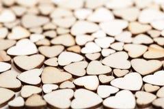 Fond fait de coeurs en bois Photographie stock