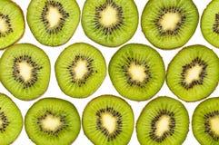 Fond fait de parts de kiwi d'isolement sur le blanc Photos libres de droits