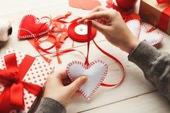 Fond fait main de cadeaux de Saint Valentin Photos stock