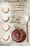 Fond fait maison de Saint-Valentin de biscuits pour la carte de voeux avec la belles fleur et vaisselle Photos stock