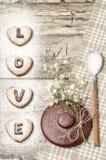 Fond fait maison de Saint-Valentin de biscuits pour la carte de voeux avec la belles fleur et vaisselle Images stock