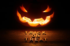 Fond fantasmagorique de Halloween avec la lanterne du cric o Photos stock
