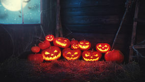 Fond fantasmagorique de veille de la toussaint potiron effrayant avec les yeux brûlants et photo stock