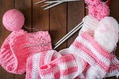 Fond, fil et aiguilles tricotés confortables Photo stock