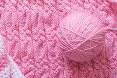 Fond, fil et aiguilles tricotés confortables Images libres de droits