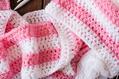 Fond, fil et aiguilles tricotés confortables Photo libre de droits