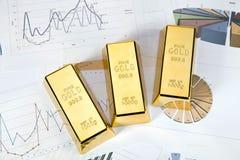 Fond financier, bars d'or et graphiques photos stock