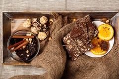 Fond fini orange et nuts de cannelle de bonbons au chocolat de toile à sac above Image libre de droits