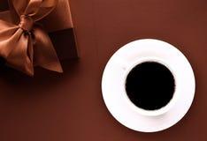 Fond flatlay de tasse de caf? et de bo?te-cadeau de luxe photo stock