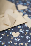 Fond floral bleu de coeur, enveloppe, lettre d'amour, confession du ` s de valentine Images stock