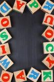 Fond foncé avec des blocs d'alphabet Photographie stock