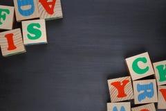 Fond foncé avec des blocs d'alphabet Photo stock