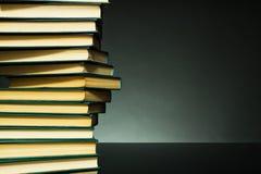 Fond foncé avec des livres Photographie stock