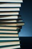 Fond foncé avec des livres Images stock