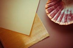 Fond foncé avec le papier flotté d'or Photographie stock libre de droits