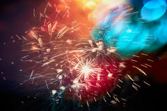 Fond foncé de ciel de vacances d'ob coloré de feu d'artifice avec le bokeh Images libres de droits