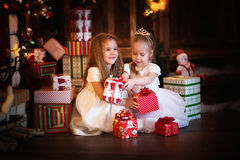 Fond foncé heureux de blanc de robe d'amies de soeur de filles avec Images stock