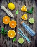 Fond frais mélangé d'agrumes et de feuilles d'orange Ingredie Photos stock