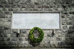 Fond funèbre de couronne de blanc commémoratif de pierre image stock