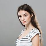 Fond gris de pose de sourire pur tendre mignon de beau portrait de jeune femme Photographie stock