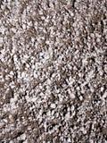 Fond gris et brun arénacé humide de gravier Images stock