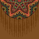 Fond grunge avec l'ornement tribal à moitié autour de l'élément Image libre de droits