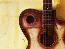 Fond grunge de cru avec la guitare Images stock