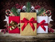 Fond grunge de décoration de Noël avec des présents sur les conseils en bois Photos stock