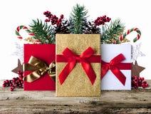 Fond grunge de décoration de Noël avec des présents sur les conseils en bois Images stock