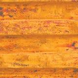 Fond grunge jaune de récipient de fret maritime, modèle ondulé rouillé foncé, amorce rouge enduisant l'acier détaillé rouillé hor Photo libre de droits