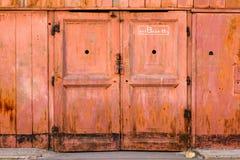 Fond grunge vertical extérieur rouge de Rusty Plaster Wall With Worn de vieille porte Brown Brickwall rouge avec le stuc minable Photographie stock libre de droits