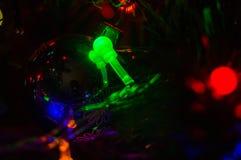 Fond-guirlandes de Noël avec les lumières colorées sur un arbre de Noël décoré, bokeh photographie stock libre de droits