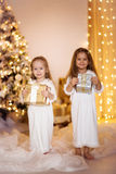 Fond heureux d'or blanc de robe d'amies de soeur de filles avec le ch Photographie stock libre de droits
