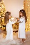 Fond heureux d'or blanc de robe d'amies de soeur de filles avec le ch Photos stock