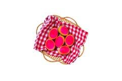 Fond heureux de d?corations de P?ques Vue supérieure des oeufs de pâques colorés dans un panier sur la serviette à carreaux rouge images stock