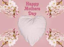 Fond heureux de jour de mères avec les fleurs de cerisier et le coeur Images libres de droits