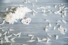 Fond heureux de jour de Valentines Coeur en bois blanc décoratif sur rustique gris Concept du ` s de Valentine Image stock