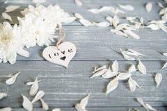 Fond heureux de jour de Valentines Coeur en bois blanc décoratif sur rustique gris Concept du ` s de Valentine Photos libres de droits