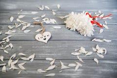 Fond heureux de jour de Valentines Le coeur en bois blanc décoratif sur rustique gris, whith fleurit, concept du ` s de Valentine Photographie stock