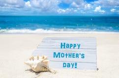 Fond heureux de jour du ` s de mère avec le coquillage sur la plage sablonneuse Photographie stock libre de droits