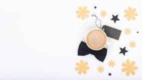 Fond heureux de jour du ` s de père Tasse de café et de noeud papillon noir sur la configuration blanche d'appartement de fond De Photographie stock