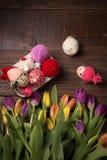 Fond heureux de Pâques avec les tulipes jaunes image libre de droits