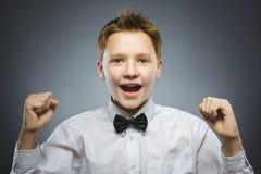 Fond heureux réussi de gris de garçon de portrait de plan rapproché photos libres de droits