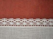 Fond horizontal de dentelle blanche rouge-brun et ene ivoire de textile avec le gradient léger Photos libres de droits