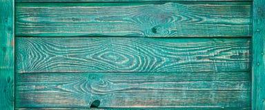 Fond horizontal des conseils en bois de texture peints avec la peinture verte et attachés avec une planche mince des côtés photos libres de droits