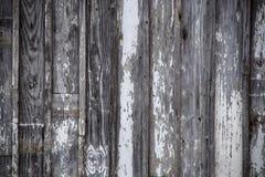 Fond horizontal des planches verticales reprises du bois superficiel par les agents avec la peinture blanche ébréchée et épluchée image stock