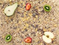 Fond hors des céréales et des fruits frais Photo stock